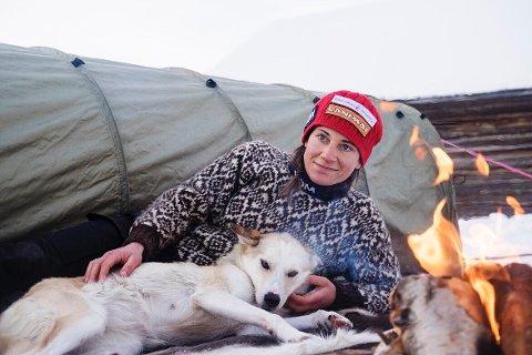 KOMMER: Hundene er livet for Marit Beate Kasin, som kommer til forfattermøte i Notodden bibliotek mandag kveld.