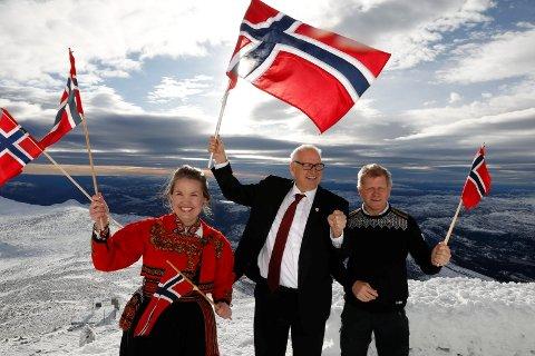Gaustatoppen 31. oktober 2017: Planer for et OL i Telemark 2026 ble presentert på toppen av Gaustatoppen. Jonny Pettersen var leder og initiativtaker. Han representerer Notodden Idrettsråd. Tarjei Gjelstad ( ordfører i Kviteseid) og Veslemøy Wåle ( politiker for Høyre) satt også i komiteen og var med på pressekonferansen. Foto: Ole Berg-Rusten / NTB scanpix