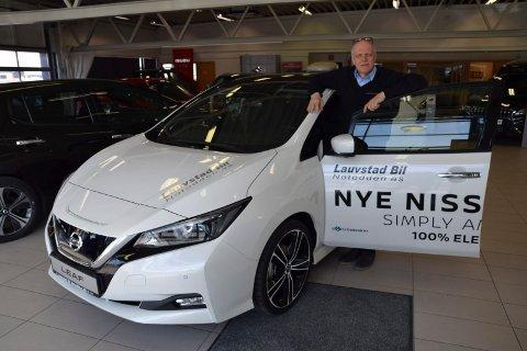 IDENTISK: Asle Kvålseth med dagens Nissan Leaf som kom ny i fjor. Den oppgraderte leafen har 100 km større rekkevidde, helt lik utseendemessig.