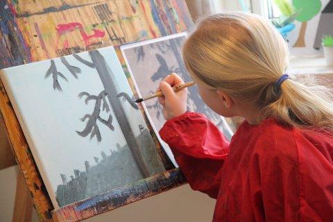 SKAP KUNST: Barna kan både skape sin egen fantasikunst og la seg inspirere av utstillingen i galleriet.