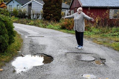 SINT: Gerd Pedersen er oppgitt, sint og skuffa etter at det kun ble fylt asfalt i noen av hulla i Sagvegen på Hjuksevelta.