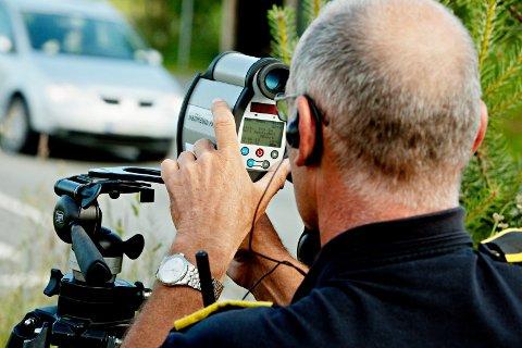 LASERMÅLER: Åtte bilister kjørte for fort på Tuven. To av dem måtte la bilen stå, den som var hardest på høyrefoten kjørte i 82 km/t i 60-sonen.  Lappen røyk for de to på grunn av mange prikker. Foto: Stian Lysberg Solum / NTB scanpix