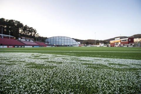 Frosten glinset på Myrdal tirsdag ettermiddag. Åsane frykter at de må spille et annet sted.