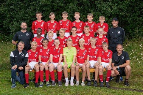 ENGASJERT: Lars Haugen (foran til venstre) er en engasjert fotballtrener for Heddal G13 og pappa. Nå vil han applaudere styret i NFK for å ansette Magnus Erga som hovedtrener.