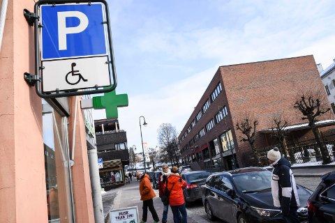 HC-PARKERING: Parkeringsvakten passer spesielt godt på at ingen parkerer ulovlig på HC-plassene. (Illustrasjonsbilde)