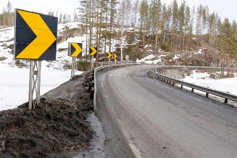 Dårlig: Rekkverket på Tovstul ved Elgsjø på E134, er så dårlig at det er nødvendig å sette ned fartsgrensen til 40 km/t.