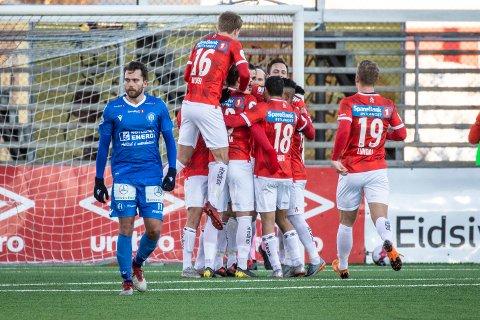 TAP: Kongsvinger-spillerne omfavner hverandre etter det som skulle bli kampens eneste scoring.