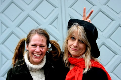 KOMMER: Karoline Gregersen Herlofsentar med seg  Marianne Krogness som har hatt barn som publikum siden 1976 til tegnekonkurranse og  Barnas Blues Festival på Notodden.