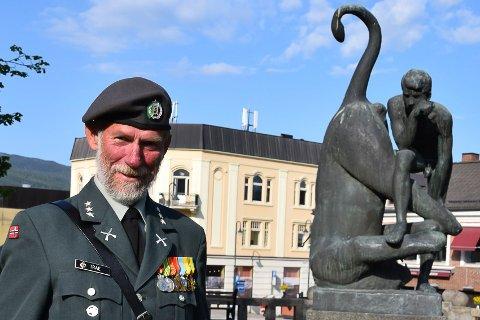 KRIGSHISTORIKER: Ingen kjenner krigshistorien i Notodden og Øvre Telemark bedre enn Svein Vetle Trae. Her foran frihetsmonumentet på Notodden torg.