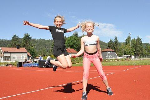 I Farta: Johanne Listul og Helene Bjorheim Erikstad har hatt en aktiv uke, hvor de har lært kjempe mye på friidrettsskolen.