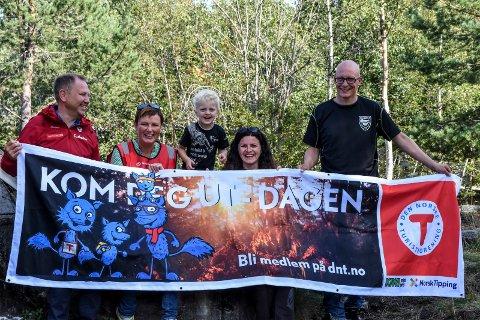 DÅRSTUL: Roger Heimdal, Gertie Risvaag Aanjesen, Sveinung og Ida Linås og Roar Tveiten ønsker alle velkommen til Dårstul.