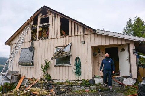 VANSKELIG: Brannen i Kleivane var en stor utfordring for brannmannskapene. De holdt på i timevis før de anså faren for over.