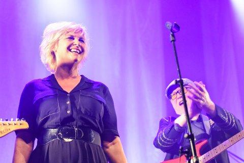 STRÅLTE: Notodden Blues Band og Torhild Sivertsen strålte da bandet markerte 40 år foran et fullsatt Notodden Teater lørdag kveld. Knut Buen og Anette Løvtangen var, i tillegg til nevnte Sivertsen, gjester under konserten.