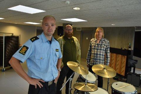 TILTAK: Politiet ved Paul Andre Carlsen og festivalens Audun Haukvik og Josterin Forsbergf treffer tiltak for å forebygge bruk av narkotika.