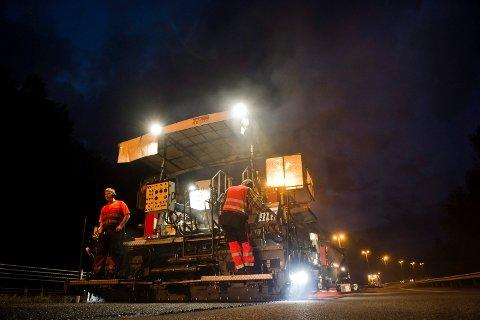 """ASFALTERING: Det skal totalt asfalteres 25 kilometer i """"vårt nærområde"""" i 2019. De større prosjektene tar ofte sted på nattestid."""