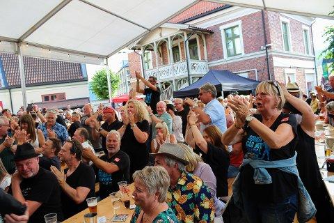"""LO OVERALT: Mange T-skjorter med LO-logo og påskriften """"Somliga går med trasiga skor"""" var å se i folkemengdene på årets festival. De som kjøpte dem støttet Norsk Folkehjelps arbeid i Sør-Afrika. Dette bildet er fra konserten med MoRS Blues Band, der selveste LO-lederen Hans-Christian Gabrielsen deltok."""