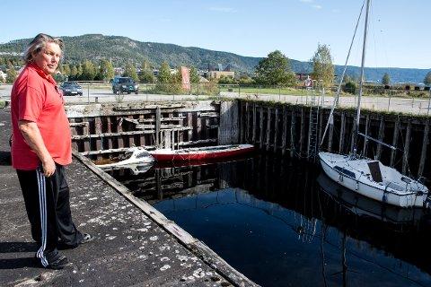 BÅTKIRKEGÅRD: - Dette er bare trist, nå bygges det igjen opp en båtkirkegård her på Nesøya. Dette er så dårlig reklame for Notodden, sier Ove Kasin.