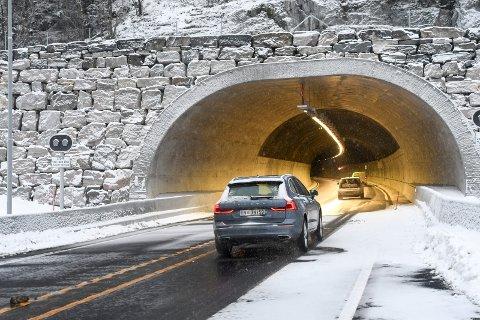 RÅKJØRERE: Hele 76 prosent av bilistene kjører for fort i Mælefjelltunnelen. Bilene/bilførerne på bildet har ingenting med saken å gjøre, da bildet ble tatt på åpningsdagen.