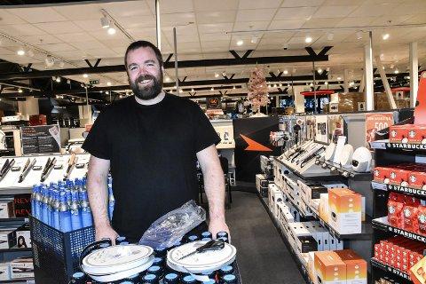 FORNØYD: Alexander Bråtelia er varehussjef hos Power i Notodden, og meget fornøyd med åpningssalget. Det måtte åtte vektere til for å holde styr på køen av biler onsdag kveld.