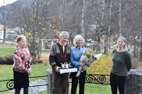 HEDRET: John Edvin Bjørtuft og Tone Høgberget ble hedret med Sølvtina under et arrangement på Admini sist fredag. Her flankert av Kari Haukås Aarbakk (tv)  og Ingebjørg Håvardsrud fra Gaustafjell produsentlag.