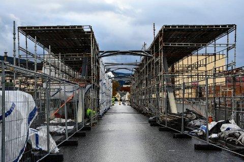 STØRRE JOBB: Tinnåa Bru blir kledd inn stillaser og plast i noen uker til, selv om åpningen var planlagt til 15. november.