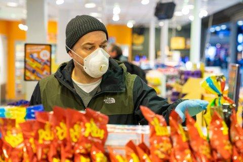 ANBEFALT: I Grenland og Konsgerg er det påbud om bruk av munnbind. Hos oss er det foreløpig bare en strek anbefaling. En stikkprøve Telen har foretatt, viser at bare fire av 10 bruker munnbind.