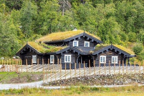 TUDDAL: Denne hytta i Flugonfjell ligger vakkert til og er av høy syandard. Prislappen på Flugonfjellvegen 62 er 6 890 000 kroner.