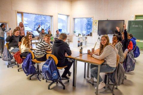 ÅPNING: Hjartdal har færrest elever i de kommunale grunnskolene av kommunene i Vestfold og Telemark, men har trolig en av de nyeste skolene. Her fra åpningsdagen på nyskolen med fornøyde 7. klassinger i nytt klasserom.