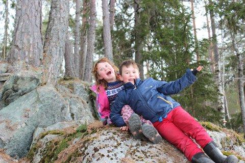 TO ENERGIBOMBER: Det er utrolig mye energi som skal ut etter en stund med hjemmeskole- og barnehage. Veronica Vangen Hagen (5) og Eirik Vangen Hagen (7) var helt i hundre over å endelig tilbringe litt tid mellom mose og trær.