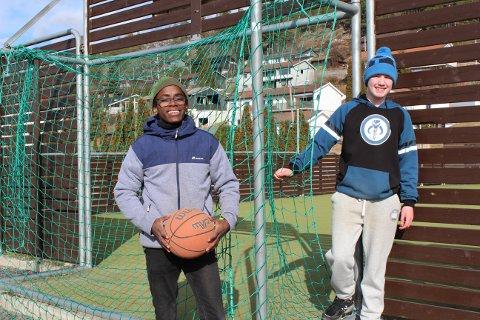 FUNKER GREIT: De gjør det beste ut av en litt spesiell hverdag, 13-åringene Markus Nesholen (venstre) og Olav Asland Jørgensen. Søndag måtte de få ut litt futt før en ny uke med hjemmeskole, så de tok en tur ned på NUSKs aktivitetsområde.