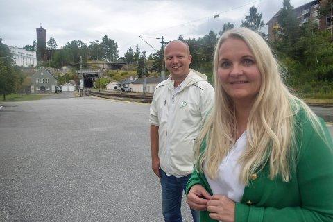 TILTAK: Medlem av finanskomiteen Trygve Slagsvold Vedum og senterpartiets Åslaug Sem-Jacobsen mener det er viktig for lokalsamfunnene at det utarbeides en krisepakke for små, lokale aviser og lokalradiostasjoner.
