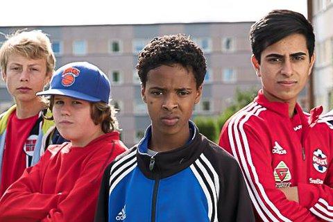 SESONG 2 PÅ GULSET: Even Fjelle (t.v.) spiller Christian - kamerat og klassekompis med Jonis (Abdikarim Mohamed Sheikh) (foran).  Torsdag blir hele serien tilgjengelig på NRK på nett.