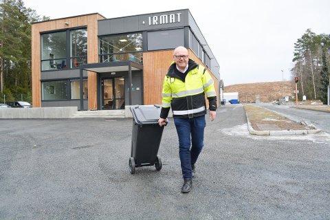 SNART FERDIG: Dette er ikke siste avfallsbeholderen Halfdan Haugen kjører ut, men det er ikke langt unna.