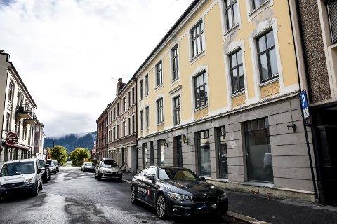 SENTRUM: Samboerparet har utgang til Bjørnstjerne Bjørnsons gate og sliter med å komme fram. Dette bildet av  gata er tatt en kveld.