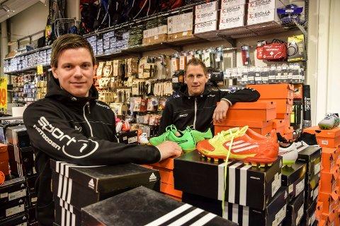 STORE INNKJØP: Anders Kasin og Kenneth Thorstensen hos Sport 1 Tuven forteller at de gjør store innkjøp. Folk reiser langt for å handle  i sportsbutikken på Notodden. Foto: Jens Marius Hammer