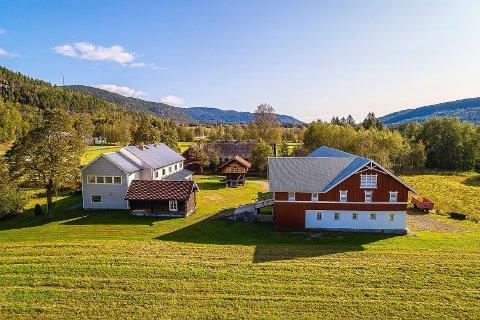 MYE HISTORIE: Jon Mosebø selger landbrukseiendommen sin i Sauland, og her har det vært både landhandleri, pensjonat og selskapslokaler.