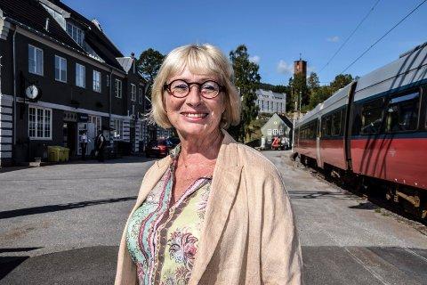 NY: Veteranen Lise Wiik ble ny leder for Tinnosbanens Venner. Her på Notodden stasjon i 2015.