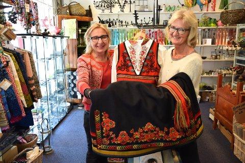 NISJEBUTIKKER: Ingrid Lene Langedok og Solfrid Kuntsen hos Alvhild Jørgensens Eftf. byr på både bunad, brukskunst og rariteter.
