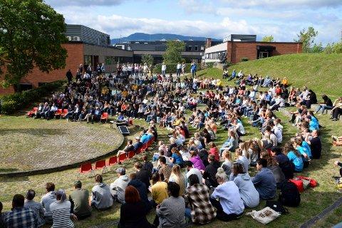 NOTODDENSTUDENTER: Campus Notodden. Bildet er tatt ved en tidligere semesteråpning og har ikke noe med årets fadderuke å gjøre.