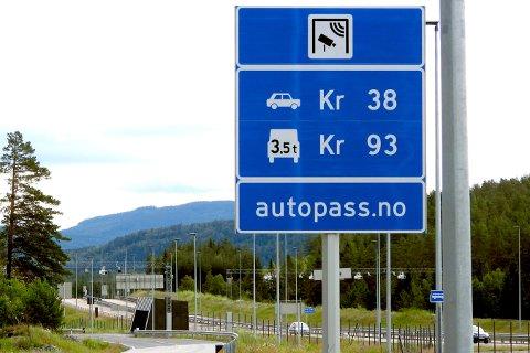 FORTSETTER Å BETALE: Notodden-folk fortsetter å betale bomavgiften på nye E134, for elbilsalget har ikke skutt i været.