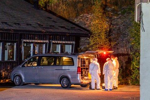 Krimteknikere på stedet der en mann i 30-årene tirsdag ettermiddag ble skutt og drept av politiet ved Bolkesjø turisthotell i Telemark. Foto: Håkon Mosvold Larsen / NTB