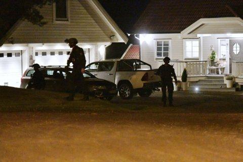 SØK: Politiets beredskapstropp dukket opp i hagen ved flere boliger på Bolkesjø onsdag kveld.
