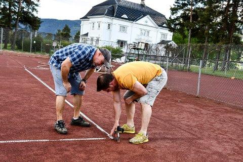 DUGNAD: Ådne Berget og Arve Bjerkan var blant dem som jobbet dugnad på de to andre tennisbanene i fjor vår. Her var de i gang med den siste finishen.