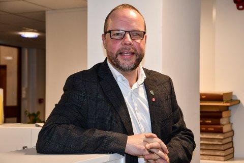 SITT FØRSTE: Hjartdalordfører Bengt Halvard Odden stiller kokka 10 torsdag på sitt aller første landsmøte i Det Norske Arbeiderparti - fra kontorpulten sin i Sauland.