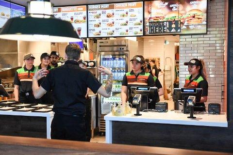 ÅPNER SNART: Burger King står fritt til å åpne igjen etter korona-stengingen, men med store deler av staben i karantene, er det en utfordring. (Arkivfoto)