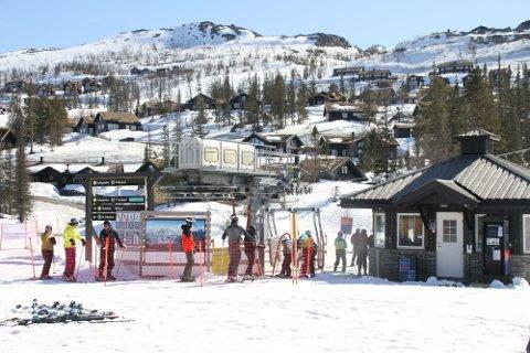 HELFEÅPENT: Fra nå er det bare åpent i helgen fra fredag til søndag i Gausta Skisenter. Sesongen forventes avsluttet 25. april.