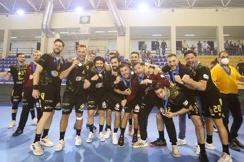 SEIERSGLEDE: Enorm glede da seieren var i boks. Joakim Hykkerud (4) viser fram medaljen.