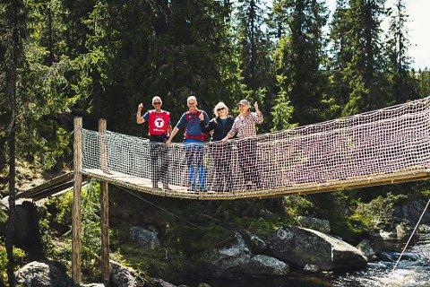 TRYGG: Her tester Roar Kråkenes (f.v), Nils Øveraas, Marit Syftestad og Elisabeth Grini den nye og trygge hengebrua på stien mellom Gavlesjå og Hollane.