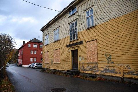 SLITNE: Både Skolegata 5, den gamle brannstasjonen, og Skolegata 7 trenger sårt en restaurering.