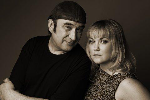 SPILLER: Steinar Albrigtsen og Monica Nordlie spiller opp på intimkonsert ute ved Danys Cafè 1. juli.